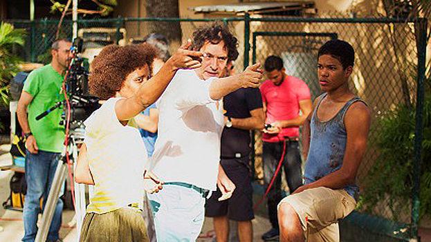 Agustí Villaronga y su equipo durante el rodaje de 'El rey de La Habana'. (Filmax)