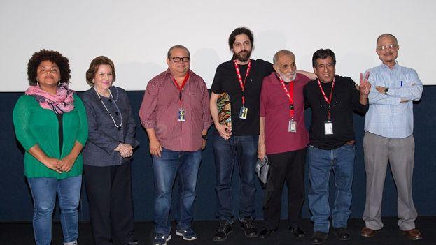 Miguel Coyula y Rafael Alcides recogen el premio al documental 'Nadie' en el Festival de Cine Global Dominicano. (Facebook FCGD)