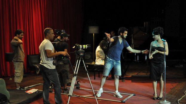 Alejandro Gutiérrez, de azul, durante el rodaje de 'Palabras'