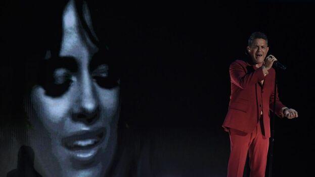Alejandro Sanz, con la imagen de Camila Cabello al fondo, se alzó con tres galardones; dos de ellos compartidos con la cubanoamericana.