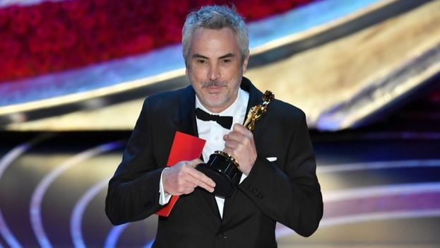 Alfonso Cuarón recogió el premio de manos de Guillermo del Toro. (Captura)