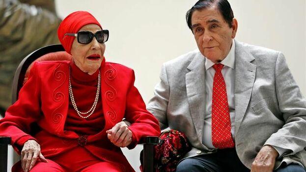 Alicia Alonso y su esposo Pedro Simón, participan en la ceremonia de entrega del premio Estrella del Siglo. (EFE)