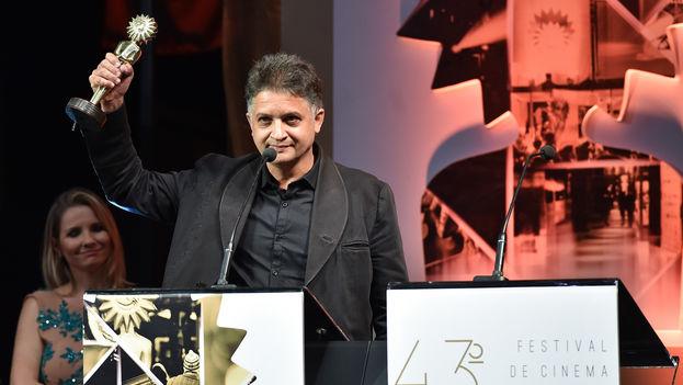 Kiki Álvarez recibe de Eva Piwowarski el premio al mejor director por 'Venecia'. (Edison Vara/Agência PressPhoto)