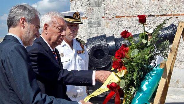 El ministro de Asuntos Exteriores de España, José Manuel García-Margallo hace una ofrenda floral en El Morro (EFE)