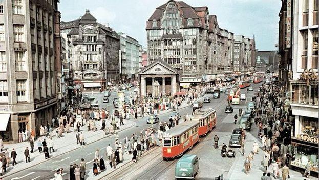 """A finales de los años 50, un Berlín dividido, aún sin muro, empezó a recuperarse lentamente de la destrucción de posguerra. Esa etapa se conoció como """"el milagro alemán"""". (Josef Darchinger)"""