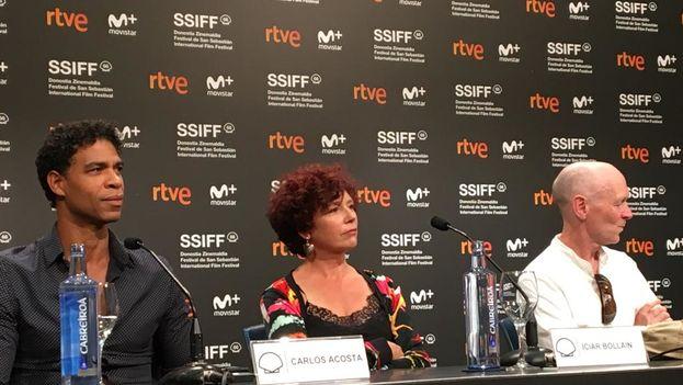 Icíar Bollaín, directora de 'Yuli', junto a Carlos Acosta y Paul Laverty, en la rueda de prensa de presentación de la película en el Festival de San Sebastián. (SSIFF)