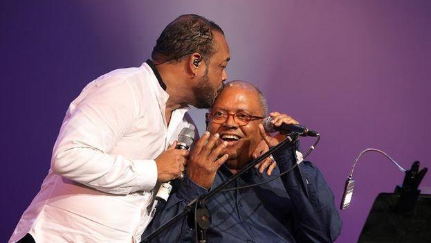 Pancho Céspedes besa a Pablo Milanés durante su concierto en La Habana. (EFE/Alejandro Ernesto)