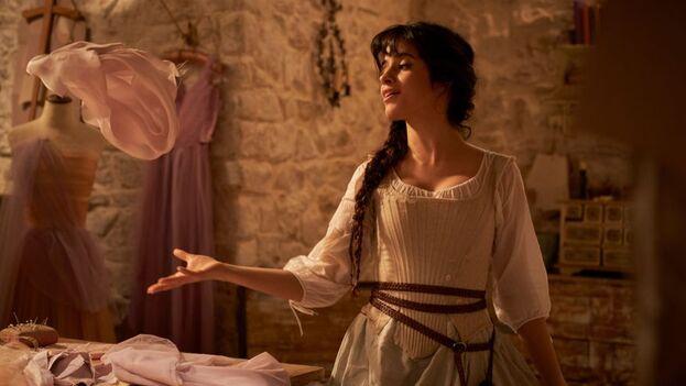 Camila Cabello interpreta a una nueva Cenicienta en la cinta, que se estrena este 3 de septiembre. (Fotograma)