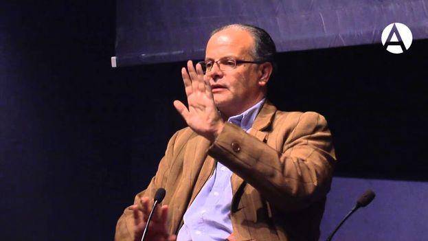 Carlos Franz durante una conferencia en la Casa de América de Madrid. (Captura de vídeo)