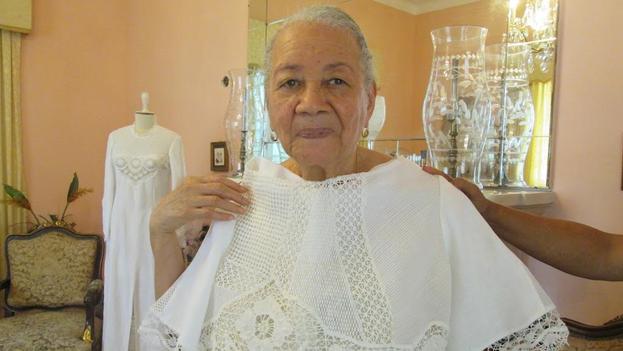 Carmen Fiol posa con el traje que lucirá esta tarde en el desfile de Chanel. (14ymedio)