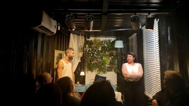 El actor Aarón Urbano y la actriz Letty Carmona durante la representación de la obra 'Y el anillo Pa'Cuando' en el Centro Cultural Español en Miami. (EFE)