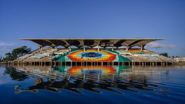 Este anfiteatro marino de techo voladizo que se levanta en Cayo Virginia, en la bahía de Miami, es hoy una estructura de hormigón comida por los grafitis y el abandono. (EFE)