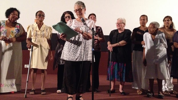 En el cine Chaplin, junto a varias protagonistas del documental 'Mujeres... El alma profunda'. (Lizette Vila)