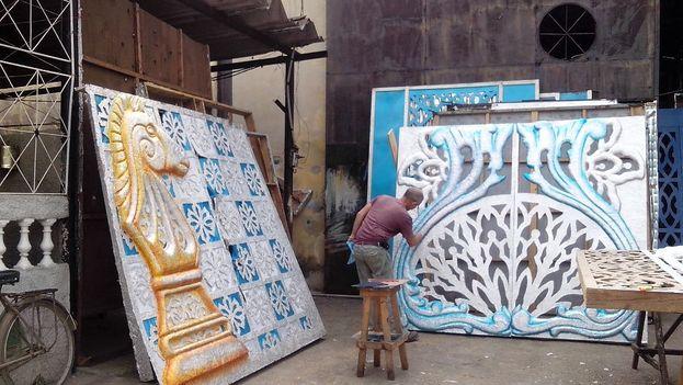 La pintura final se administra a las afueras del taller y casi siempre es de tonos plateados o dorados, para resaltar la carroza