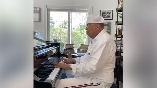 Chucho Valdés toca el piano para sus seguidores en Facebook tras cancelar una presentación pública. (Facebook)