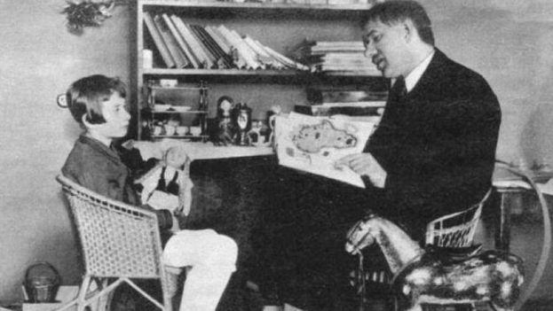 Chukóvskaya de pequeña junto a su padre, Kornéi Chukovski. (CC)