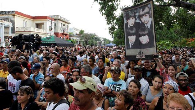 Cientos de personas asisten a un concierto homenaje por los 50 años del álbum 'Sgt. Pepper's Lonely Hearts Band', de la banda británica Los Beatles, en el capitalino parque de Lennon, Vedado. (EFE/Ernesto Mastrascusa)