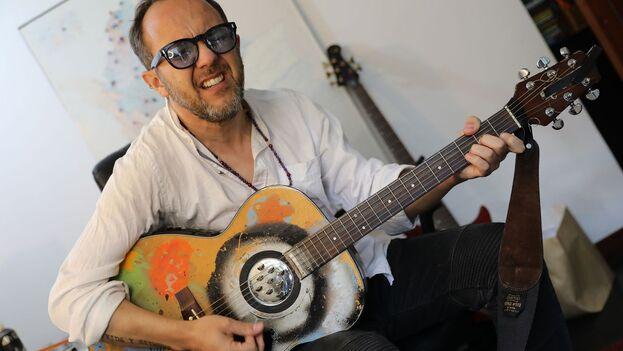 """El cantante César López participó en el concierto virtual """"Un canto por Colombia Hasta que amemos la vida"""" desde su estudio en Bogotá. (EFE/ Carlos Ortega)"""