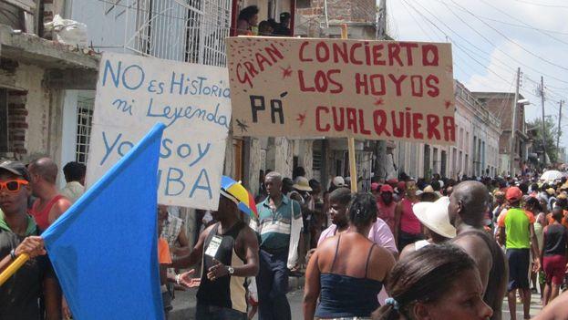 La Conga de Los Hoyos arrolló por las calles santiagueras. (14ymedio)