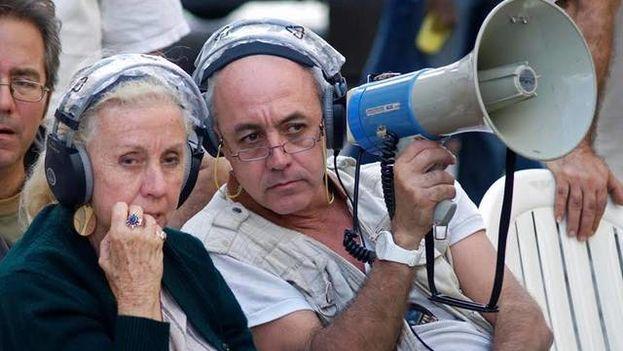Juan Carlos Cremata con su madre, la directora de televisión Iraida Malberti. (Archivo El Nuevo Herald)