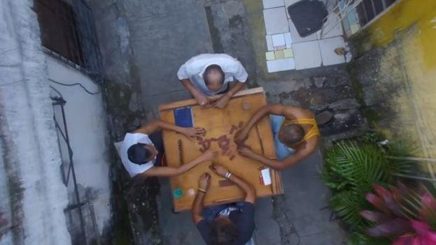 Cuatro amigos discuten la oferta de un jeque árabe de comprar Cuba en el cortometraje de Eduardo del Llano. (Fotograma)