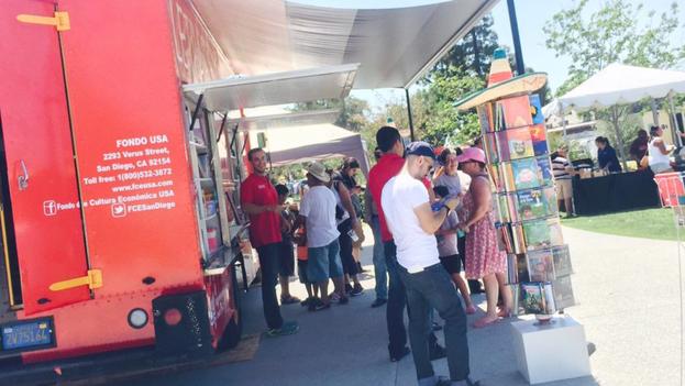 Book Truck, iniciativa del Fondo de Cultura Económica, en San Diego. (Twitter/ @JoseCarreno)