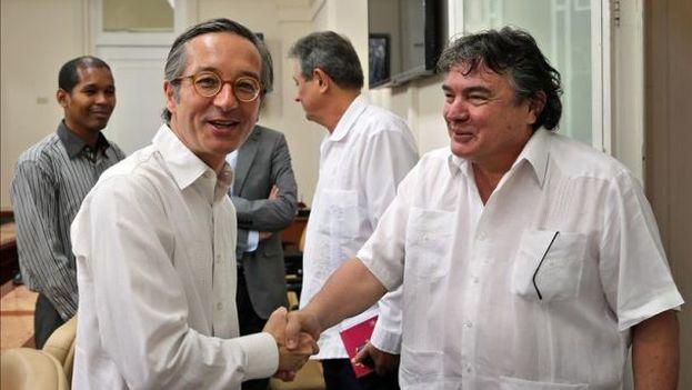 El secretario de Estado Cultura de España, José María Lassalle (a la izquierda) junto al ministro de Cultura cubano, Julián González (Foto EFE)