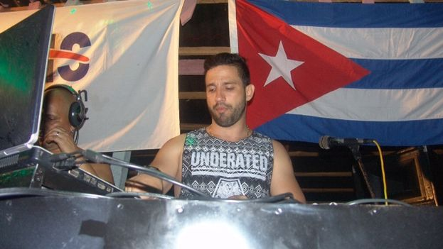 DJ Seycel durante su concierto en el 32-Beat, en playa Boca de Galafre. (Juan Carlos Fernández/ 14ymedio)