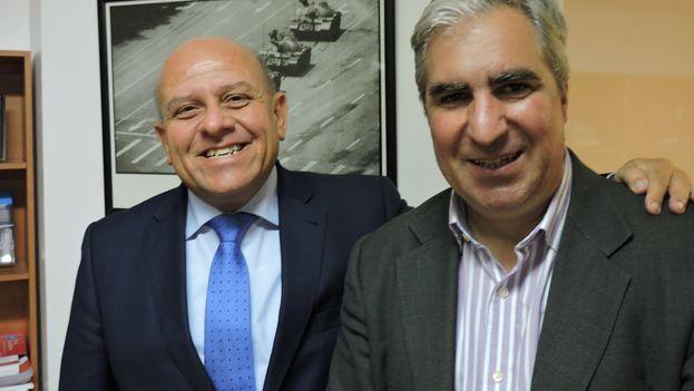 Dagoberto Valdés (a la izquierda) con Gabriel Salvia, director de CADAL, en Buenos Aires. (Facebook/Gabriel Salvia)