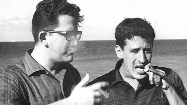 El periodista salvadoreño Roque Dalton junto al poeta cubano Heberto Padilla (a la izquierda) en La Habana en 1966. (Wikimedia)