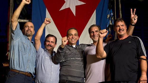 Después de negar durante tres años que eran agentes suyos, el Gobierno reconoció en 2001 su ascendencia sobre la Red Avispa y encabezó una campaña internacional para su liberación.