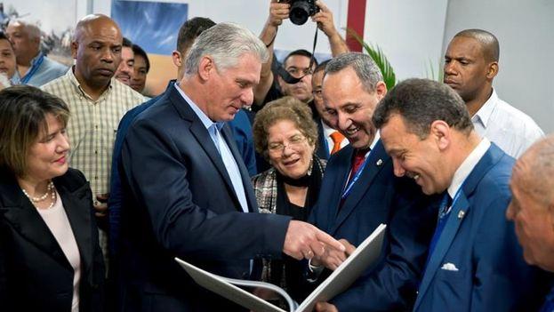Miguel Diaz-Canel y Azzedine Mihoubi, ministro de Cultura de la República Argelina Democrática y Popular, país al que está dedicada la 28° Feria Internacional del Libro de La Habana, cortan la cinta de inauguración del evento. EFE