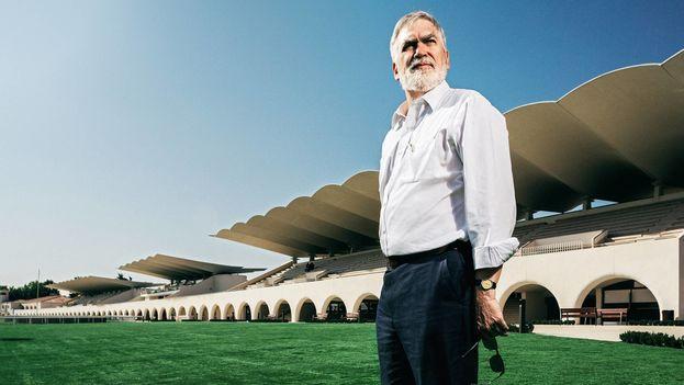 Martín Domínguez Ruz, ante las tribunas del Hipódromo de la Zarzuela, obra de su padre, Arniches y Torroja. (James Rajotte)