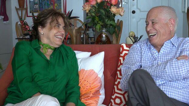 Elena Gross y Carmelo Mesa-Lago durante la filmación del documental 'Las estadísticas y el azar'. (Cortesía)