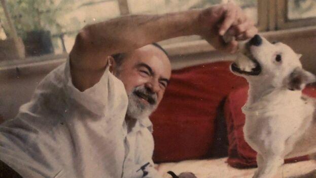 El poeta Eliseo Diego jugando con su perra Macusina en su casa de La Habana. (Cortesía de Diego García Elío)