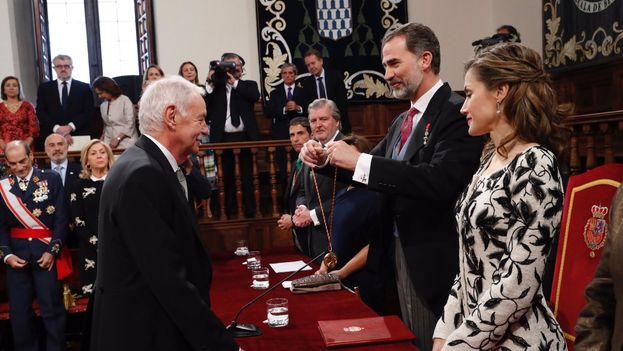 El rey de España, en presencia de la reina y otras autoridades, entrega el prestigioso galardón de las letras hispánicas a Eduardo Mendoza. (@CasaReal)