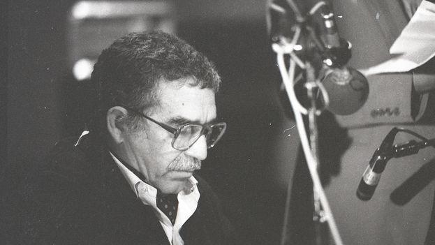 El escritor Gabriel García Márquez leyendo cuentos en Estocolmo en 1982. (ARCHIVO FOTOGRÁFICO NEREO LÓPEZ)