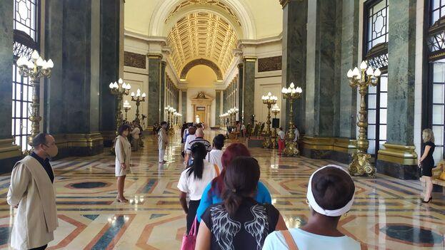 Estudiantes del Colegio de San Jerónimo, ataviados con toga, custodiaban la cola a través de los pasillos dentro del Capitolio. (14ymedio)