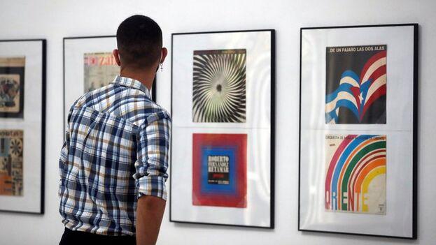 Exposición de portadas discográficas de entre 1960 y 1990, en La Habana. (EFE/Ernesto Mastrascusa)