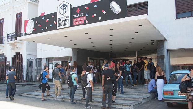 Exterior del cine Chaplin durante la inauguración de la 14 Muestra Joven ICAIC. (Luz Escobar/14ymedio)