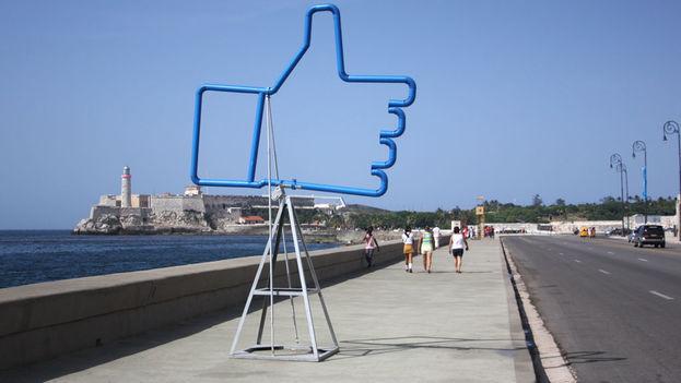 El 'like' de Facebook se erige desafiante, un guiño tal vez del artista para recordar que este es uno de los países con menor tasa de conectividad a Internet del planeta