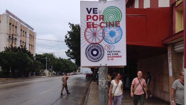 A pesar de que este diciembre, en lugar de sacar los abrigos, los habaneros han debido cargar con los paraguas, algo de la atmósfera del Festival del Nuevo Cine Latinoamericano se ha hecho sentir a las afueras de las salas de proyecciones.