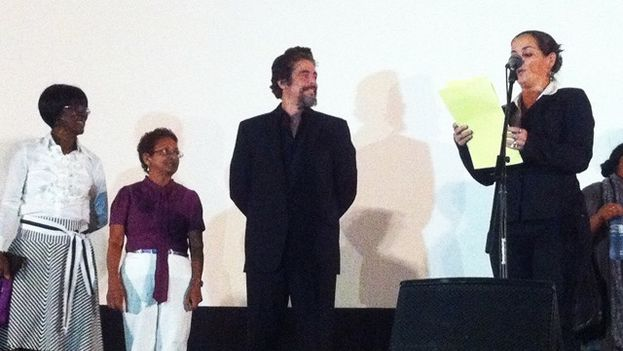 El actor Benicio del Toro recibe el premio Coral de Honor del Festival de Cine de La Habana. (14ymedio)