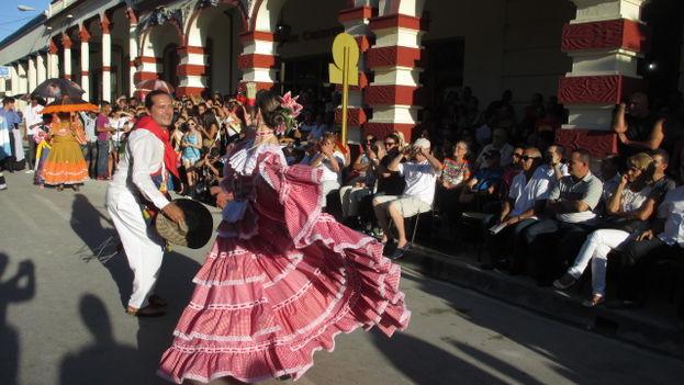 Los turistas y vecinos de Holguín abarrotaron las calles y fotografiaron el desfile