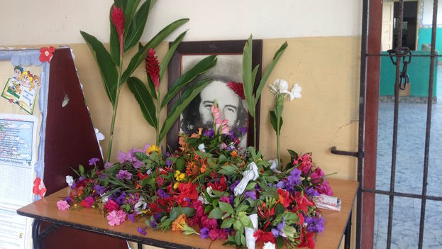 Flores a Camilo Cienfuegos en una escuela primaria en el municipio Plaza. (14ymedio)