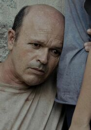 Fotograma cedido donde aparece el actor cubano Osvaldo Doimeadiós, en el papel de Eduardo, durante una escena de la película '¿Eres tú, papa?', del realizador cubano Rudy Riverón. (EFE / Cortesía Eres Tu Papa Productions)