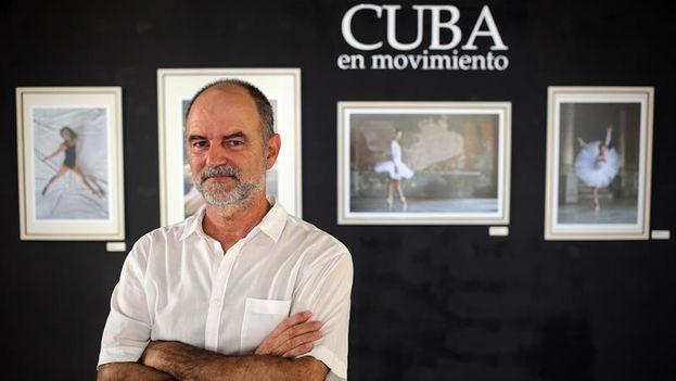 El fotógrafo español Héctor Garrido posa en La Habana junto a algunas de las obras que integran la muestra 'Cuba Iluminada'. (Alejandro Ernesto/EFE)