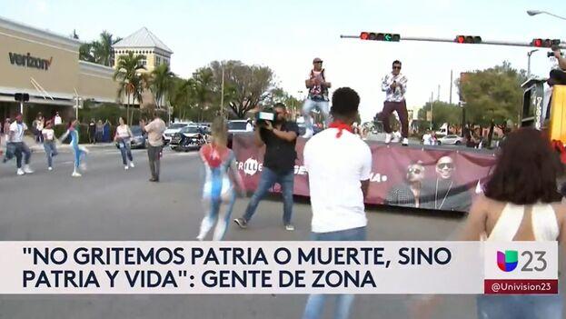 El momento en que Gente de Zona canta 'Patria y Vida' ha sido emitido por el canal Univisión. (Captura)