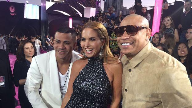 El duo Gente de Zona junto a la cantante Lucero este jueves en la gala de entrega de los premios Lo Nuestro, en Miami. (@LuceroMexico)