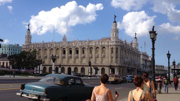 Enclavado a pocos metros del Parque Central, el majestuoso local fue inaugurado el 15 de abril de 1838 como Gran Teatro de Tacón, aunque en un inicio se construyó para acoger el Centro Gallego de La Habana